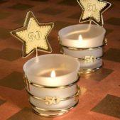 زيني الشموع على طاولات المدعوين ببعض الزينة الذهبية على شكل نجمة مع أرقام تبرز عدد سنوات الزواج.
