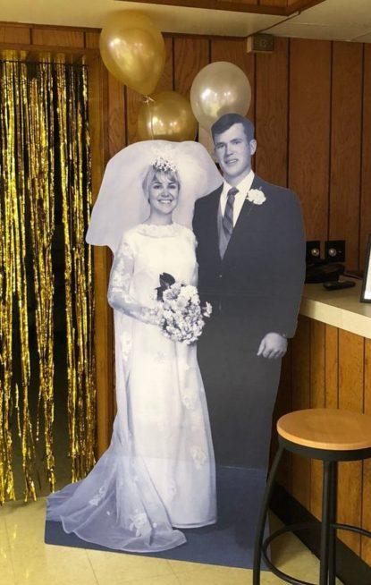 كوني مبتكرة في تزيين مدخل المنزل أو القاعة لحفل عيد الزواج من خلال صنع مجسّم كبير لصورتكما الأولى في حفل الزفاف وجعلها باللونين الاسود والابيض.