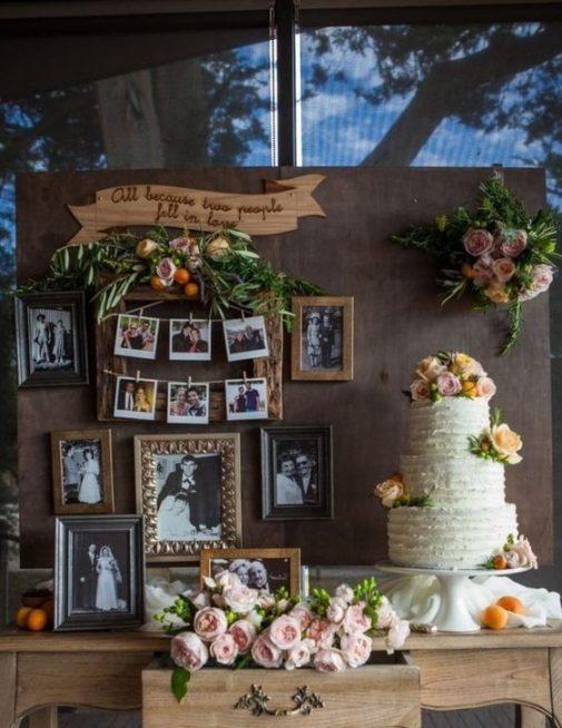 للاحتفال بعيد الزواج، اختاري أن تعرضي اجمل الصور الملتقطة خلال سنوات الزواج مع بعض الصور التذكارية من حفل الزفاف وعلّقيها بطريقة مبتكرة في ديكور الحفل.