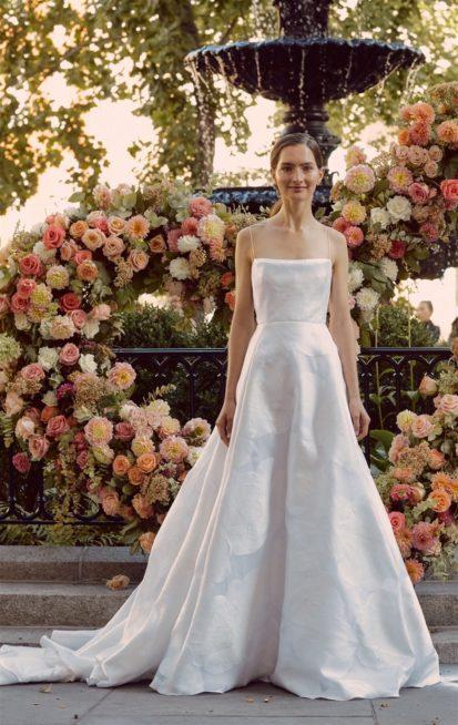 <strong>Lela Rose<br /><br /> </strong>فستان ناعم ومميز بقصته الواسعة والمريحة، خامته الساتان المطبعة مع البروتيلات الرفيعة والذيل الطويل.