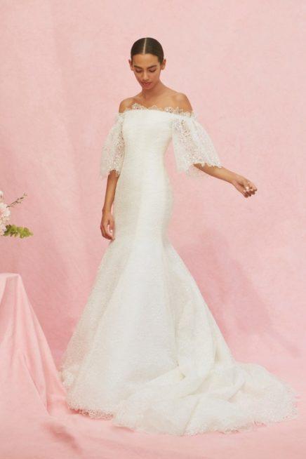 <strong>Carolina Herrera<br /><br /> </strong>إذا كنت تفضلين بدلات الزفاف الضيقة، إعتمدي هذا التصميم المميز بقصة السمكة، خامته الدانتيل والأكمام الميدي الفضفاضة والمنسدلة.