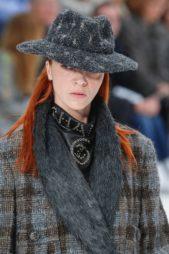 <p><strong>Chanel - شانيل</strong></p> <p>من الاكسسوارات الاساسية التي لا يمكنك الاستغناء عنها في هذا الشتاء هي الاوشحة الفرو التي تضفي الدفء والأناقة الى الاطلالة في مختلف المناسبات.</p>