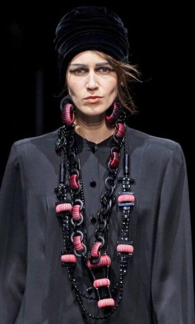<p><strong>Giorgio Armani - جورجيو أرماني </strong></p> <p>في هذا الشتاء لتحافظي على اطلالتك الانيقة والدافئة اختاري القبعة المخمل باللون الاسود ونسقيها مع ازيائك المميزة.</p>
