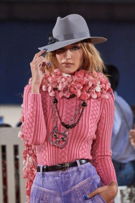 <p><strong>Marc Jacobs - مارك جاكوبس</strong></p> <p>لا تفوّتي هذا الشتاء اختيار الوشاح الصوف المصمم بطريقة عصرية بالوان ناعمة وانثوية لتتمتعي بالدفء اولاً والاطلالة المميزة ثانياً.</p>