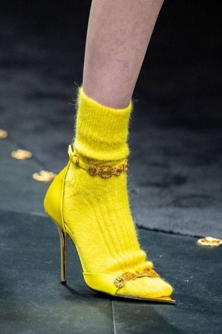 <p><strong>Versace - فيرساتشي</strong></p> <p>لسهرات الشتاء الباردة والفاخرة، حافظي على دفء الاطلالة مع انتقاء الجوارب الصوف الناعمة الملونة والمتناسقة مع لون الحذاء.</p>