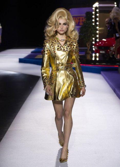 <p><strong>Moschino - موسكينو</strong></p> <p>اطلالة انيقة وملفتة تحصلين عليها مع هذا الفستان القصير باللون الذهبي اللماع والمزين عند الاكتاف والاكمام والخصر بالاحجار الملونة البراقة.</p>