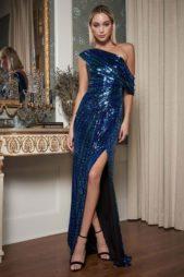 <p><strong>Tadashi Shoji - تاداشي شوجي </strong></p> <p>فستان طويل رائع بلونه الازرق البراق يتميز بقصته المستقيمة مع الشق الجانبي العالي والاكمام المنسدلة عند الاكتاف المكشوفة.</p>