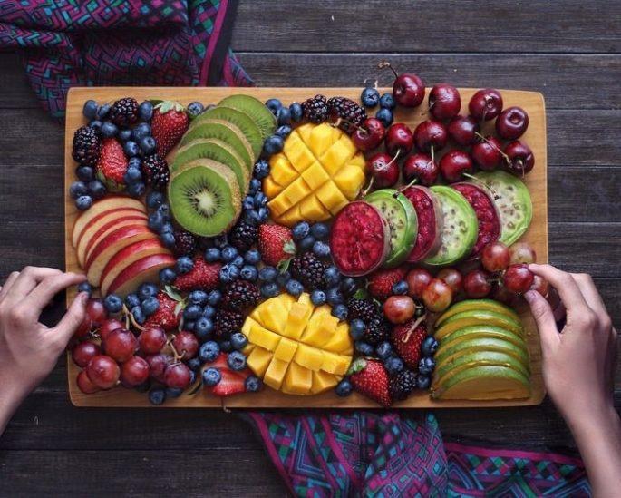 تزيين طبق الفواكه للضيوف