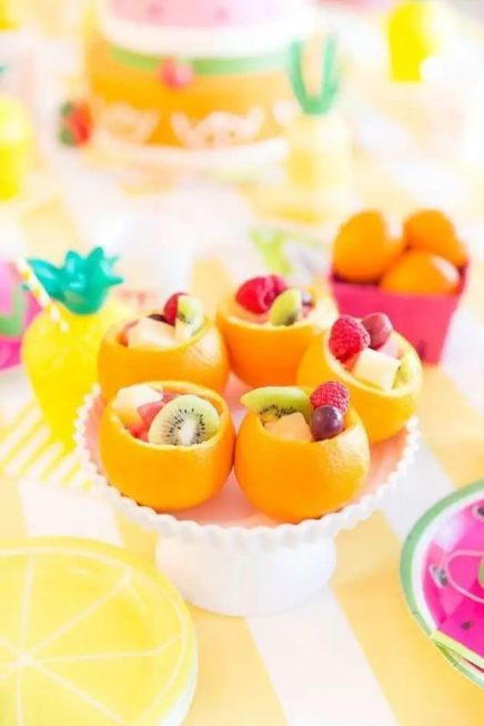 استخدمي حبّات الليمون المفرغة من الداخل لوضع بعض قطع الفواكه المختلفة فيها وتقديمها بطريقة شهية ومبتكرة الى الضيوف.