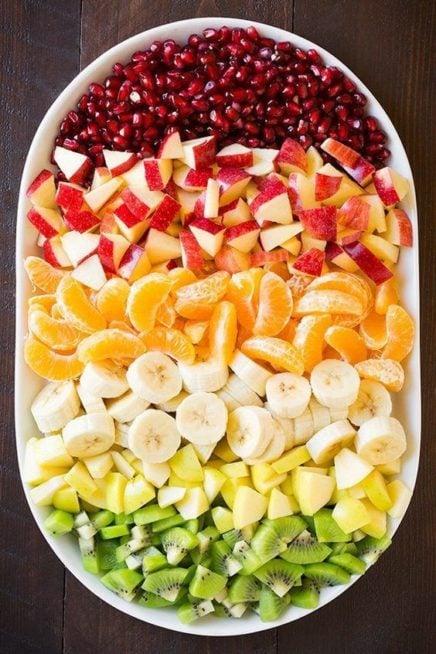 في طبق كبير مستطيل، وزّعي شرائح الفواكه المقطعة الى اقسام مختلفة متقاربة من بعضها البعض وقدّميها بطريقة شهية الى الضيوف.