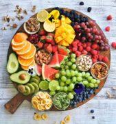 يمكنك ان تكوني مبتكرة في تقديم الفواكه على طبق خشبيّ كبير مع وضع بعض المكسرات في اكواب صغيرة معها.