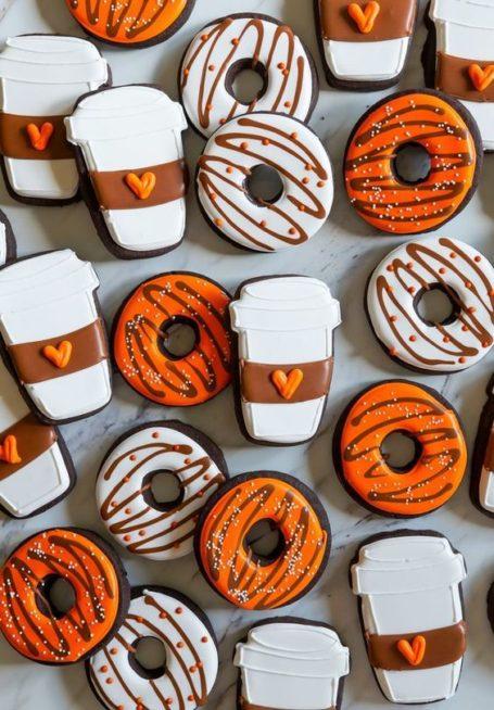 ما رأيك بهذه الفكرة لتحضير الكوكيز على شكل اكواب القهوة والدوناتس مع تزيينها بالكريما الملونة؟