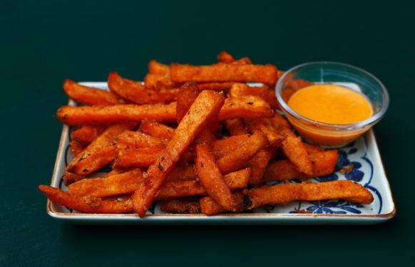 أصابع البطاطا الحلوة المتبلة