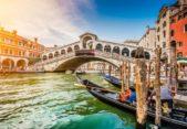 <strong>البندقية - إيطاليا<br /> Venice - Italy<br /><br /> </strong>تعدّ البندقية من أفضل الوجهات المثالية لقضاء شهر العسل وتتميز بمناظرها الطبيعية الخلابة ومبانيها ذات الطراز القديم والملفت، كما تتيح للزوجين إمكانية ركوب الزوارق والإستمتاع بأجواء رومنسية لا مثيل لها.