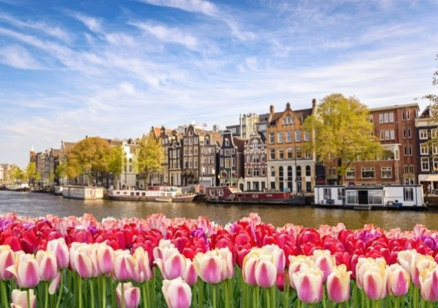 <strong>امستردام - هولندا<br /> Amsterdam - Holland<br /><br /> </strong>تجذب امستردام نسبة عالية من الأزواج المولعين بإكتشاف المعالم التاريخية والمناظر الطبيعية الساحرة، إضافة إلى هواة ركوب الدراجات وإكتشاف الشوارع والأبنية المميزة.