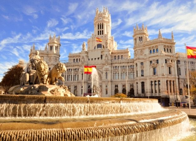 <strong>مدريد - إسبانيا<br /> Madrid - Spain<br /><br /> </strong>تشكّل العاصمة مدريد إحدى أفضل العناوين المثالية لقضاء شهر العسل إذ توفّر للأزواج فرصة إكتشاف حدائقها الرائعة، معالمها الثقافية ومبانيها الملونة ذات التصميم الملفت، إضافة إلى التجوّل في أسواقها الشعبية منها والفاخرة.