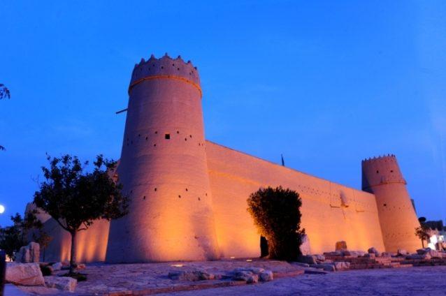 <strong>قصر المصمك - الرياض<br /> Al Masmak Fortress - Riyadh<br /></strong><br /> يقع قصر المصمك وسط العاصمة السعودية وهو عبارة عن حصن ضخم مبنيّ من الطوب الطيني، ويضمّ حالياً أحد أشهر المتاحف في الرياض.