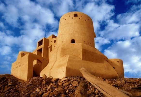 <strong>قلعة الدوسرية - جازان<br /> Dosiriah Castle - Jizan<br /><br /> </strong>تتميّز قلعة الدوسرية التاريخية بموقعها الجذاب على جبل وسط جازان، ولقد شيدت على يد العثمانيين وشكلت حينها مقراً للحاكم التركي. تشتهر القلعة بشكلها المربع إضافة إلى أبراجها الأربعة الضخمة.