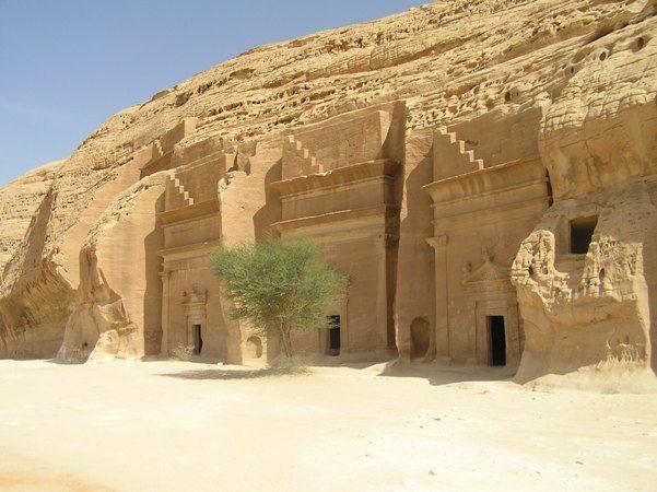 <strong>مدائن شعيب - تبوك<br /> Madain Shuaib - Tabuk<br /><br /> </strong>تضمّ مدائن شعيب مجموعة من البيوت والمعابد الأثرية المنحوتة في الصخور والجبال، وتعتبر من أروع المواقع السياحية في المملكة وأكثرها لفتاً للأنظار.