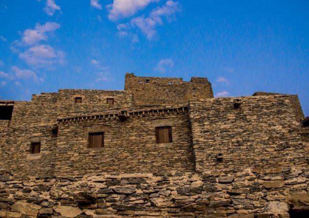 <strong>قرية ذي العين الأثرية - الباحة<br /> Thee Ain Historical Village - Al Bahah<br /><br /> </strong>شيّدت قرية ذي العين الأثرية منذ 400 عام على جبل رخامي أبيض، وتضمّ عدداً من البيوت الكبيرة المكونة من عدة طوابق إضافة إلى مسجد صغير ومجموعة من الحصون.