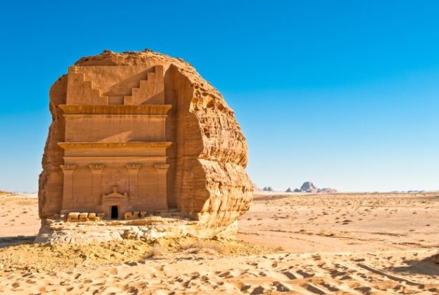 <strong>مدائن صالح - العلا<br /> Madain Saleh - Al Ula<br /><br /> </strong>تعتبر مدائن صالح الواقعة في مدينة العلا من أهمّ وأشهر المواقع الأثرية في السعودية، إذ تكثر فيها الآثار التي تعكس الحضارة النبطية على غرار مدافن جبل المحجر، مدافن قصر البنت وقصر الصانع.