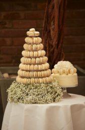 إستبدلي قالب الحلوى الكبير بحلويات المعكرون اللذيذة والجميلة، ورتبيها على طبقات زجاجية لتأخذ شكل هرم وزيني قاعدته بأزهار الجيبسوفيل البيضاء.