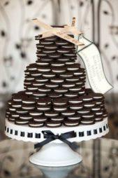 إن كنت من محبات البسكويت بالشوكولا، إستبدلي قالب الكيك بقالب مصنوع من الأوريو وكوني السّباقة في تنفيذ هذه الفكرة الغربية والمميزة في حفل زفافك.