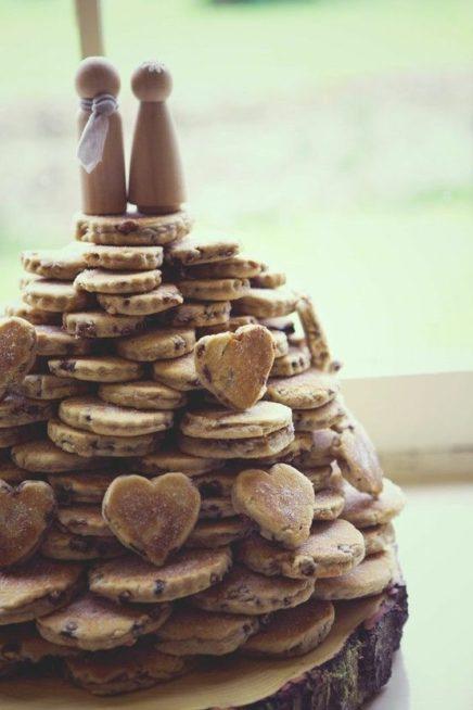 إصنعي من خلال حلوى الكوكيز هرماً صغيراً بعد أن توزّعيها بشكل عفوي غير منظم فوق بعضها البعض، وإحرصي على اختيار أشكال دائرية وأخرى على شكل قلب ولا تنسي أن تضعي عروساً وعريساً من خشب عند أعلى نقطة بالهرم.