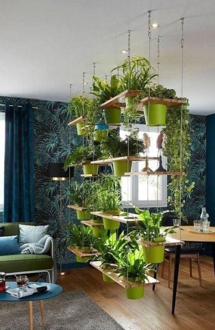 تميّزي بترتيب النباتات في غرفة جلوسك عبر توزيعها على رفوف خشبية متدلية من السقف بالطريقة الملفتة التي تلاحظينها بالصورة.