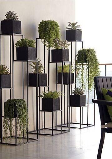 طبّقي هذه الفكرة الأنيقة لترتيب نباتاتك، ووزعيها على ستاندات حديدية ذات تصميم هندسي ملفت ومتناسق مع الديكور.