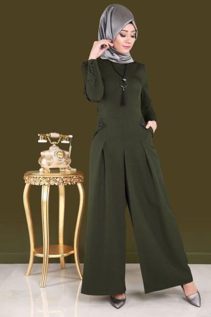 جمبسوت زيتي اللون مميز بأرجله الواسعة نسق بطريقة سهلة ومتقنة مع الحجاب الرمادي اللماع ومعه العقد الاسود.