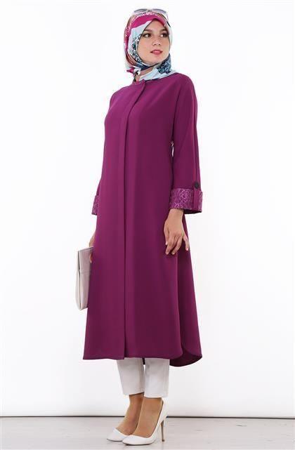 سروال ابيض ضيق منسق بطريقة متقنة مع البلوزة الطويلة ذات اللون الخمري والقصة المستقيمة ومعهما الحجاب الملون.
