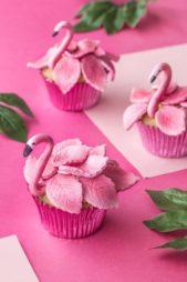 استخدمي عجينة السكر باللون الزهري لتزيين الكب كيك بتصميم الفلامينغو مع الجوانح، وهي فكرة مميّزة فعلاً ستدهش ضيوفك.