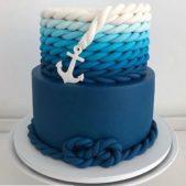 يمكنك استعمال عيجنة السكر الملونة لتزيين قالب الحلوى على شكل بحر ازرق مع صنع شكل حبل المرساة ايضاً من خلال لفّ خطّين من العجينة حول بعضهما.