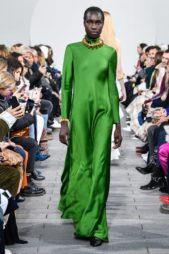 <p><strong>Rabih Keyrouz - ربيع كيروز</strong></p> <p>فستان طويل ذات لون أخضر قويّ يتميز بقصته المستقيمة المتناغمة مع الجسم والياقة العالية المزينة بعقد عريض ذهبي.</p>