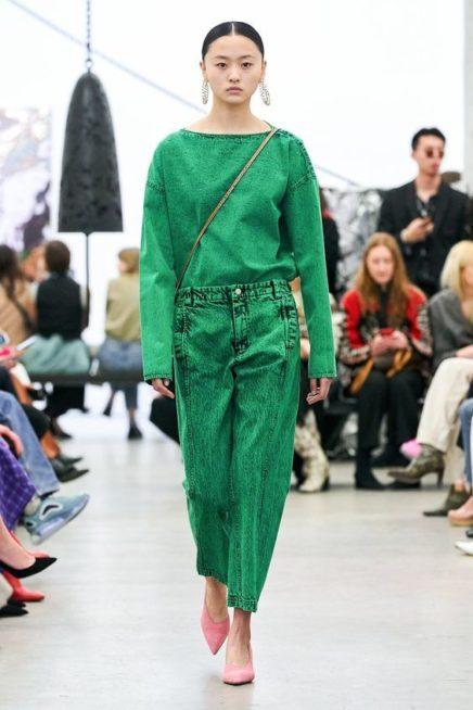 <p><strong>Rachel Comey - راشيل كومي </strong></p> <p>سروال جينز واسع باللون الاخضر القوي منسق بطريقة عصرية وشبابية مع البلوزة الواسعة من اللون عينه وضعت اسفل الجينز.</p>