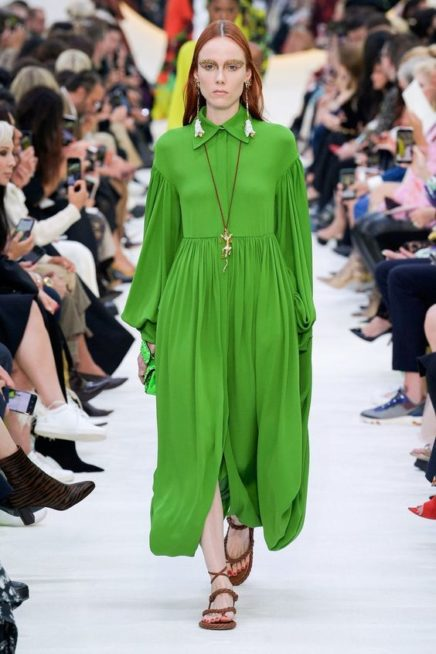 <p><strong>Valentino - فالنتينو </strong></p> <p>فستان ناعم وبسيط بقصته الواسعة المنسدلة بسلاسة مع الجسم يتميز بلونه الاخضر المستوحى من الطبيعة مع الياقة العالية.</p>