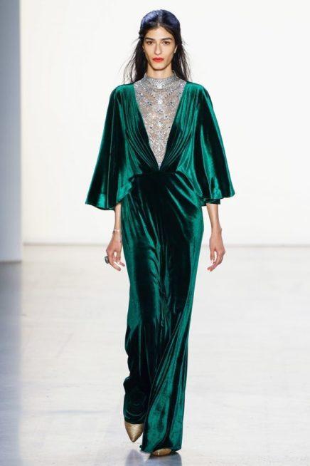 <p><strong>Tadashi Shoji - تاداشي شوجي</strong></p> <p>لاطلالة ساحرة في مناسبات الشتاء المختلفة، فستان طويل اخضر اللون بدرجة الزيتي مصمم من المخمل الناعم مع الدانتيل والزخرفات عند الصدر.</p>