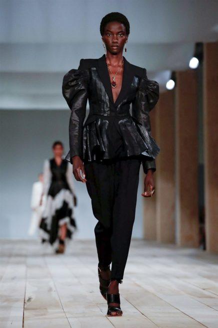 الجاكيت الجلدية هي الاكثر بروزاً في أزياء شتاء 2020، حيث يمكن تنسيقها في اطلالات مختلفة منها الكاجوال ومنها الرسمي. وهناك موديلات كلاسيكية يمكن ان تكون خيارك، أو ذات الأكمام المنفوخة.