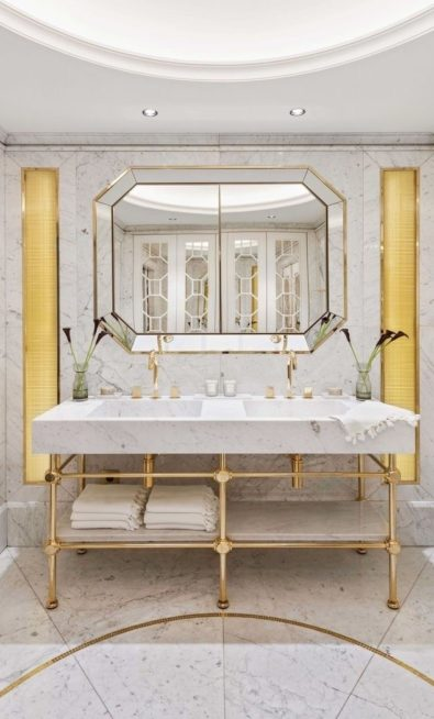 <strong></strong>ديكور ناعم يرتكز على الأرضية والجدران الرخامية بلونها الرمادي الفاتح مع الأكسسوارات المتناسقة، والديكور الذهبي الأنيق عند جانبي المغسلة.