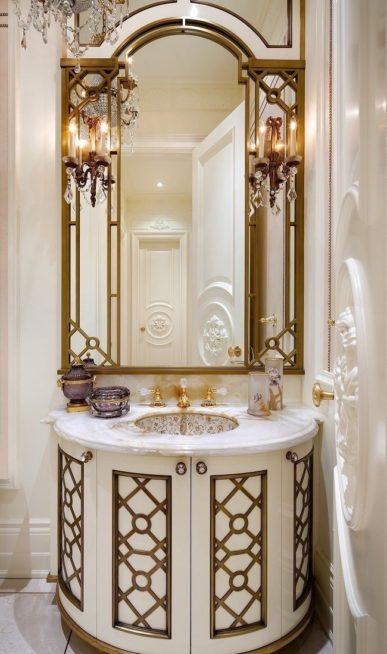طبّقي هذا الديكور الملفت في حمام الضيوف وإختاري مغسلة رخامية دائرية، ثمّ نسّقي معها مرآة كبيرة ذات إطار ذهبي ومصابيح مناسبة للثيم المعتمد.