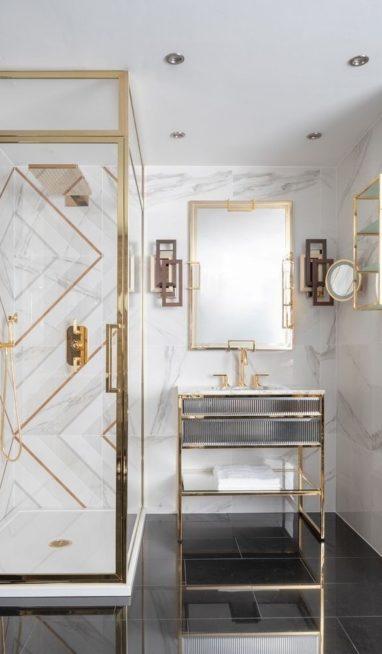 إتّجهي نحو الأكسسوارات الذهبية بأشكالها الهندسية الأنيقة والمتناسقة تماماً مع الأرضية بلونها الأسود البراق والجدران الرخامية الفخمة.