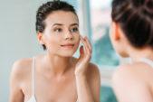 نظّفي وجهكِ جيّداً قبل تطبيق المكياج من خلال استخدام الغسول المناسب لنوع بشرتكِ. ويمكن ان تستخدمي التونر لقبض المسام الواسعة.