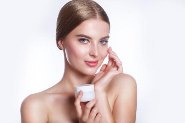 بعد غسل الوجه جيداً، استعيني بالكريمات المرطبة لتحمي بشرتك من الجفاف.