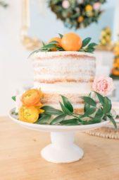 كوني مبتكرة في تزيين كيك البرتقال حيث تغطينه بالكريما البيضاء وتختارين الازهار البرتقالية اللون مع حبّتين من البرتقال لتزيينه.
