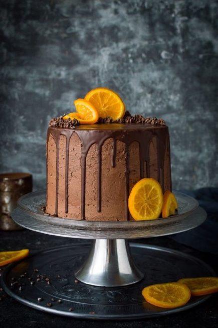 اذا حضّرتِ الكيك بحشوة البرتقال، يمكن أن تغطّيه بكريمة الشوكولا مع الصلصة المنسدلة عليه، ووزّعي بعض شرائح البرتقال على الجوانب وأعلى الكيكة.