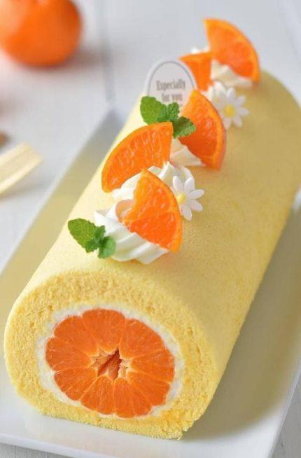 يمكنك تحضير الكيك على طريقة السويس رول ووضع شرائح البرتقال المقشرة في وسطه وتزيينه من الداخل بالكريما البيضاء مع توزيع بعض الكريما اعلى الكيك ووضع شرائح صغيرة من البرتقال.