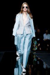 <p><strong>امبوريو أرماني - Emporio Armani </strong></p> <p>تبرز هذا الشتاء تصاميم ملفتة وأبرزها الازياء الواسعة وخصوصاً البدلات النسائية ذات الالوان الهادئة والتي تضفي التميز والرقي الى لوك المرأة.</p>