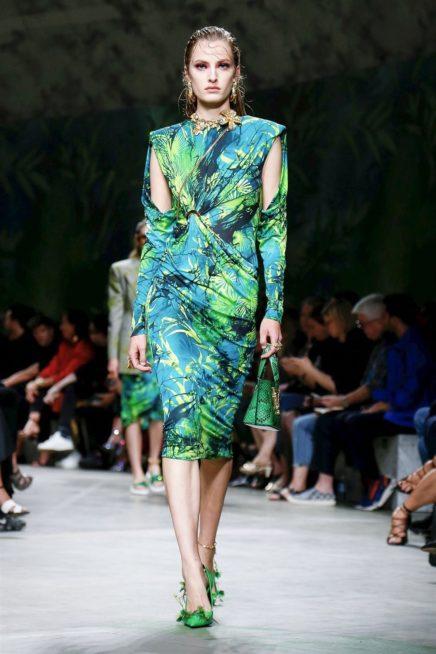 <p><strong>فيرساتشي - Versace</strong></p> <p>من الموديلات الرائجة جداً لشتاء 2020 هي النقشات المستوحاة من الطبيعة بألوانها الخضراء الحيوية وهو ما يتناقض مع الاجواء العاصفة التي تسيطر في الشتاء.</p>
