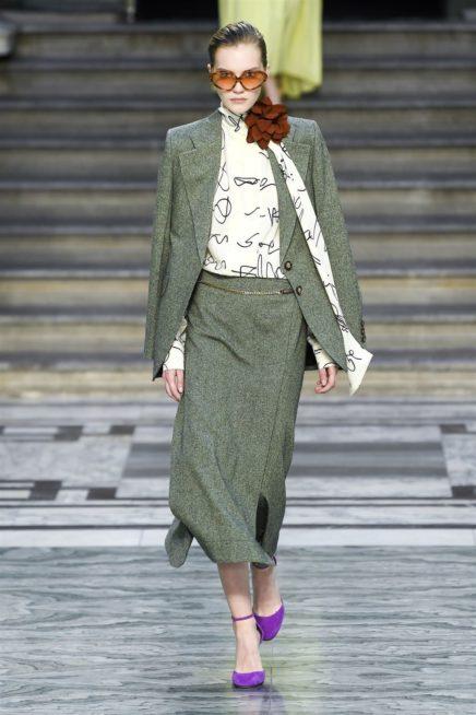 <p><strong>فيكتوريا بيكهام - Victora Beckham</strong></p> <p>من الاطلالات الرائعة التي يمكنك اعتمادها في هذا الشتاء هي البدلة النسائية مع التنورة التي تمنحك اطلالة رائعة وملفتة للعمل.</p>